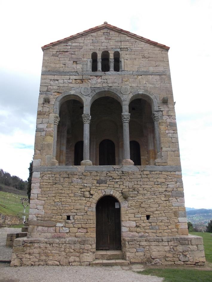 Santa María del Naranco, Main façade.